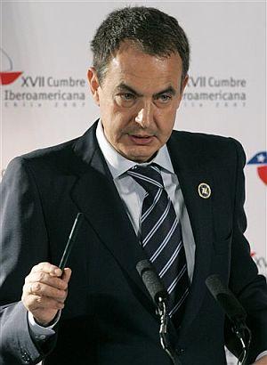 Zapatero, durante la rueda de prensa en la clausura de la Cumbre. (Foto: AP)
