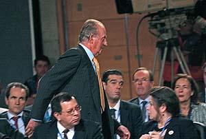 El Rey don Juan Carlos, en el instante en que abandona la cumbre. (Foto: AP)