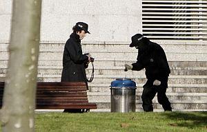 Agentes de la Ertzaintza inspeccionan en los juzgados de Getxo la papelera con una segunda bomba. (Foto: EFE)