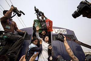 Fotógrafos registran la detención de simpatizantes de Bhutto en Lahore. (Foto: REUTERS)