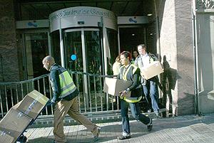 Agentes sacan las cajas con los documentos confiscados. (Foto: Antonio Moreno)