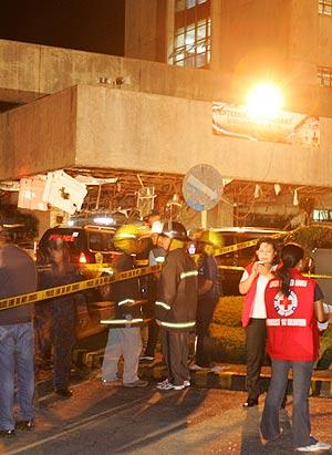 Los equipos de emergencia trabajan a la entrada de la Cámara de Representantes. (Foto: AP)