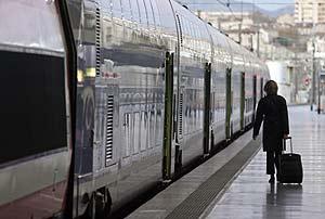 Un viajero pasea por uno de los andenes de la estación de Marsella. (Foto: REUTERS)
