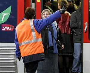 Un operario informa a una mujer en una estación de tren de París. (Foto: AP)
