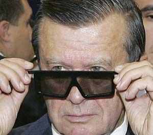 El primer ministro Viktor Zubkov ajustandose las gafas. (Foto: AP)
