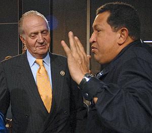 Don Juan Carlos y Chávez, durante la segunda sesión de la cumbre en Chile. (Foto: REUTERS)