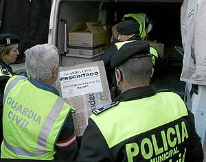 Varios agentes guardan parte de material con pruebas. (Foto: Bernabé Cordón)