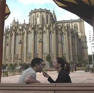 Una pareja toma un cucurucho helado en un banco de la catedral de Vitoria. (Foto: Pablo Viñas)