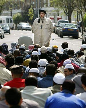 El clérigo acompañado de sus seguidores en Londres en 2004. (Foto: AFP)