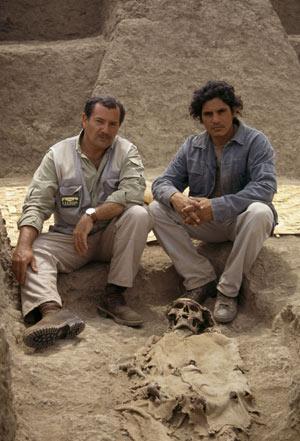 José Manuel Novoa y Nacho Alva, junto a una momia inca. (Foto: Explora Films)