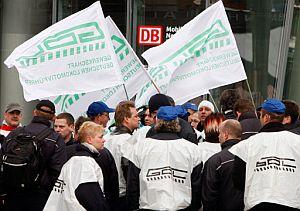 Maquinistas en huelga y miembros del sindicato GDL se manifiestan ante la sede de Deutsche Bahn en Berlín. (Foto: AFP)