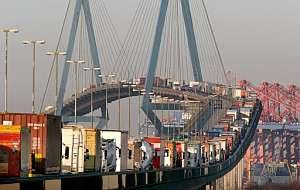 Camiones contendores en un atasco en el puente 'Koehlbrandbruecke' de Hamburgo. (Foto: EFE)