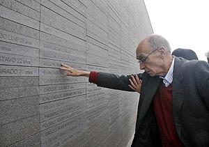 El escritor, durante el homenaje a las víctimas de la dictadura Argentina. (Foto: REUTERS)