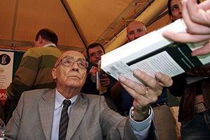 José Saramago firma uno de sus libros. (Foto: Santi Cogolludo)