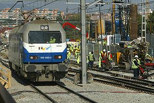 Una máquina prueba el estado de las vías en la estación de Bellvitge. (Foto: Antonio Moreno)