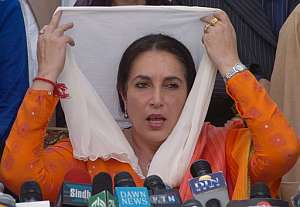 Bhutto se coloca el velo islámico durante una rueda de prensa en Lahore. (Foto: EFE)