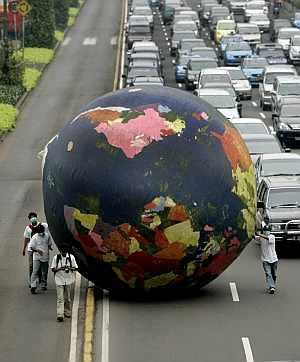 Activistas indonesios sostienen un gigante balón inflable durante una campaña por la limpieza del aire. (Foto: EFE)