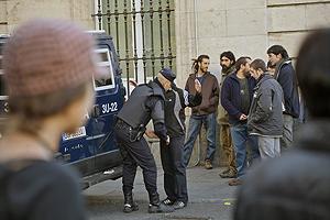 En los alrededores de la Puerta del Sol la Policía ha cacheado a algunos manifestantes. (Foto: Kike Para)
