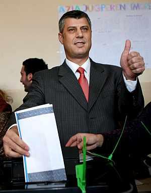 Hashim Thaci vota en un colegio electoral de Pristina. (Foto: EFE)