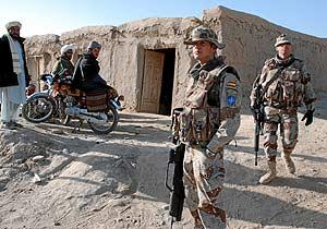 Dos soldados españoles, integrantes del contingente desplazado a Afganistán, durante una patrulla en la provincia de Badghis. (Foto: Mónica Bernabé)