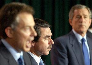 Blair, Aznar y Bush, en la rueda de prensa posterior a la cumbre de las Azores. (Foto: EFE)