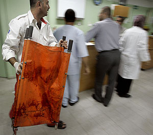 Un trabajador sanitario palestino, en un hospital en el norte de la Franja de Gaza. (Foto: AP)