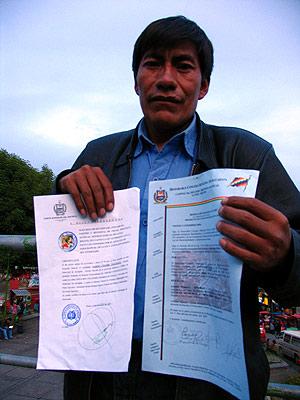 El alcalde de Aucapata, Sabino Chambi, muestra unos documentos que prueban que el día que supuestamente se escapó estaba cerca de su pueblo. (Foto: Mercedes Ibaibarriaga)
