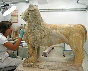 El león número cuatro fue el primero en pasar por las manos de los restauradores. (Foto: EFE)