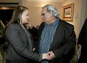 Los escritores cubanos Zoé Valdés y Raúl Rivero se saludan antes del inicio de las presentación de la federación. (Diego Sinova)