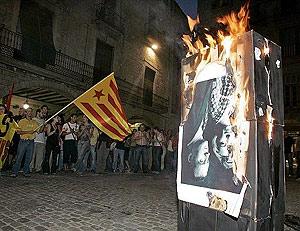 Unas 400 personas se congregaron frente al Ayuntamiento de Gerona para protestar por la presencia del Rey. (Foto: EFE)