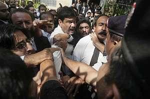 Abogados paquistaníes se resisten a ser detenidos por la policía en Karachi. (Foto: AP)