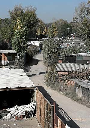 Asentamiento ilegal a orillas del rio Guadarrama. (Foto: Jaime Villanueva)