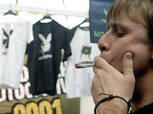 Un joven se fuma un cigarrillo de marihuana en el 'Expocannabis 2007' celebrado en Leganés. (Foto: EFE)