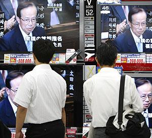 Dos ciudadanos japoneses obervan la tele a través de un escaparate. (Foto: REUTERS)