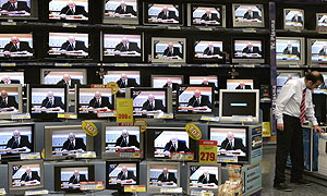 Televisores almacenados en una tienda. (Foto: REUTERS)