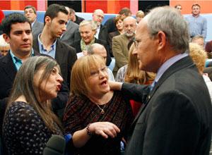 Montilla conversa con los ciudadanos, una vez finalizado el programa. (Foto: Efe)