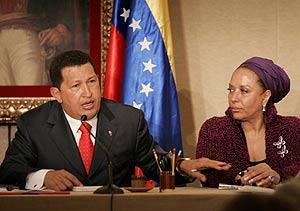 El presidente de Venezuela, Hugo Chávez junto a la senadora colombiana Piedad Cordoba. (Foto: EFE)
