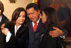 Chávez, junto la madre y la hermana de Ingrid Netancourt, secuestrada por las FARC en 2002. (Foto: EFE)