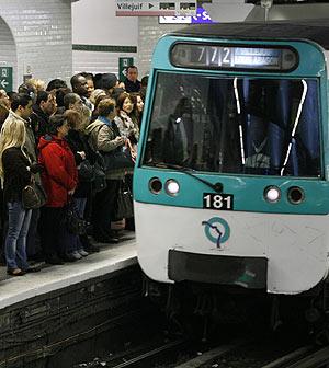 Usuarios de metro esperan en el andén en una estación de París. (Foto: REUTERS)
