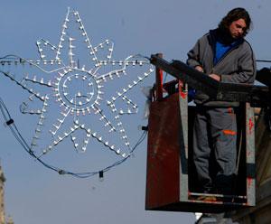 Un operario coloca adornos navideños en las calles. (Foto: Adrián Ruiz)