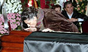 La actriz Ángela Molina besa el féretro con los restos de Fernán-Gómez. (Foto: AP)