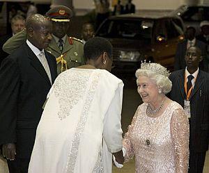 El presidente de Uganda, Yoweri Museveni, y la primera dama, Janet Museveni, reciben a la reina de Inglaterra durante la cumbre de la Commonwealth en Kampala. (Foto: AP)