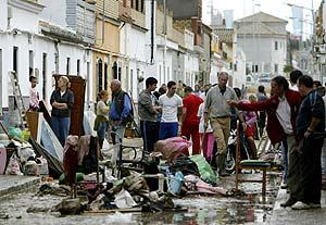 Vecinos de la localidad de Utrera intentan limpiar sus casas tras el temporal. (Foto: AFP)