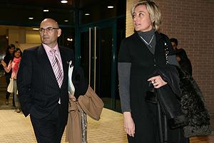 El juez Javier Gómez Bermúdez y su esposa, Elisa Beni, en la Universidad de Elche. (Foto: Ernesto Caparrós)