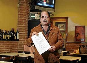 Pedro Provencio enseña un recurso a una de las multas que le puso la policía por sus locales. (Antonio Xoubanova)