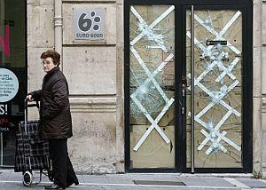 Estado en el que ha quedado la sucursal que Caja Navarra tras los altercados. (Foto: EFE)
