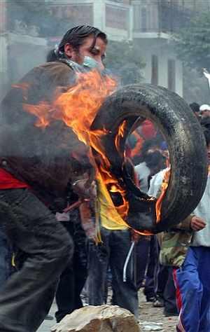Un joven quema un neumático durante las protestas. (Foto: AP)