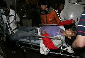 Los sanitarios evacúan a una mujer herida. (Foto: EFE)