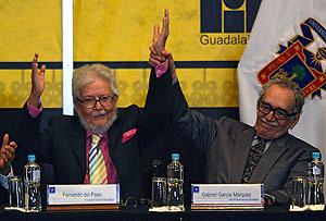 García Márquez levanta el brazo de Fernando del Paso, Premio de Literatura Latinoamericana y del Caribe FIL 2007. (Foto: AFP)