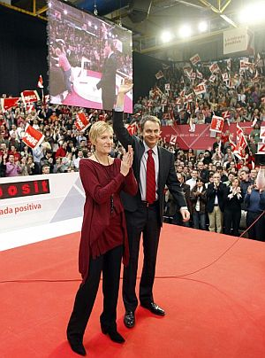 Zapatero, junto a su esposa Sonsoles Espinosa, durante el acto del PSOE. (Foto: EFE)